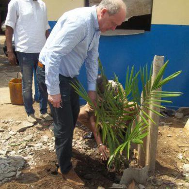 Plantation d'arbre par le DG SuperMaritime